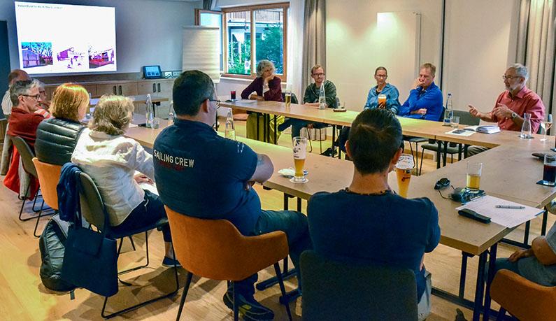 Gemeinderat Sepp Hohlweger informiert die Workshop-Teilnehmer*innen über den gravierenden Wohnungsmangel in Ruhpolding. Foto: Herbert Koch
