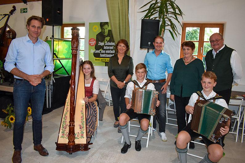 Ludwig Hartmann, Gisela Sengl, Wolfgang Ehrenlechner, Maria Helmberger-Noss und Peter Noss mit den Geschwistern Hundmayer.